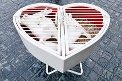 Coeur de mariage avec les pigeons blancs Photos stock