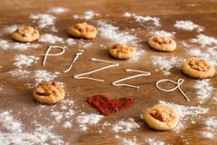 Coeur de mini pizzas sur la table en bois Image stock