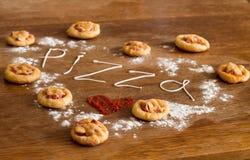 Coeur de mini pizzas sur la table en bois Photographie stock