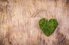 Coeur de mousse Coeur vert sur le fond en bois Type d'Eco Cadeau d'Eco Jour du ` s de St Valentine Image libre de droits