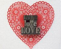 Coeur de napperon avec des mots d'amour Photo stock