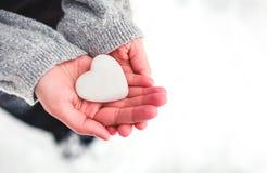Coeur de neige dans des mains photo libre de droits