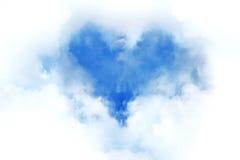 Coeur de nuage dans le ciel bleu Images stock