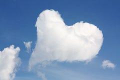 Coeur de nuage sur le ciel Photo stock