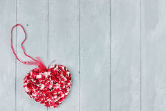 Coeur de pétales de fleur de Saint-Valentin de St Images stock