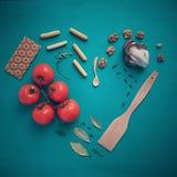 Coeur de pain et des tomates avec des écrous et des feuilles Photo stock
