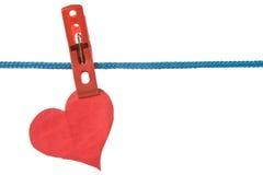 Coeur de papier arrêté sur la corde à linge Photos libres de droits