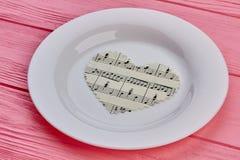 Coeur de papier avec des notes de musique de plat Image libre de droits