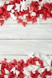 Coeur de papier blanc et rouge sur en bois images libres de droits