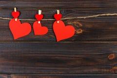 Coeur de papier d'amour sur la ficelle Concept de Saint Valentin, l'espace de copie Image libre de droits