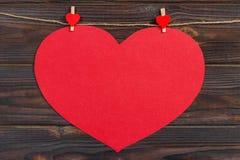 Coeur de papier d'amour sur la ficelle Concept de Saint Valentin, l'espace de copie Photos stock