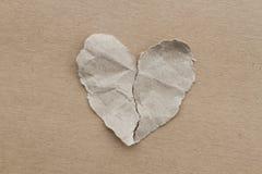 Coeur de papier de Brown déchiré dans la moitié Photo stock