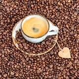 Coeur de papier de grains de café de tasse Concept d'amour Images stock