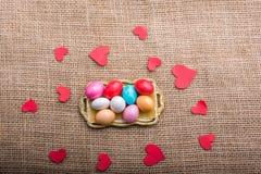 Coeur de papier et bonbons colorés à sucrerie dans le plateau Photos stock
