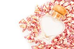 Coeur de papier et bouteille en verre Photographie stock libre de droits