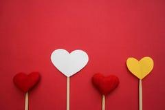Coeur de papier fait avec des mains image stock