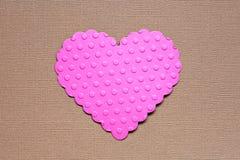 Coeur de papier pointillé sur le fond brun Photo stock