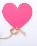 Coeur de papier rose avec le jour de valentine d'amour de symbole de ficelle Photos stock