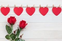 Coeur de papier rouge accrochant sur la corde brune de nature avec le mini clothespi Photos stock
