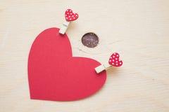 Coeur de papier rouge avec des goupilles Photographie stock libre de droits