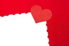 Coeur de papier rouge coloré sur le livre blanc de vintage Photographie stock