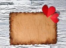 Coeur de papier rouge coloré sur le papier de vintage Images stock
