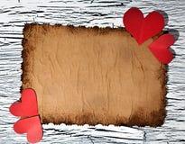 Coeur de papier rouge coloré sur le papier de vintage Photo stock