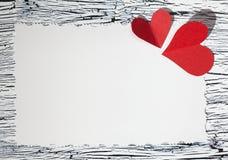 Coeur de papier rouge coloré sur le papier de vintage Photographie stock libre de droits