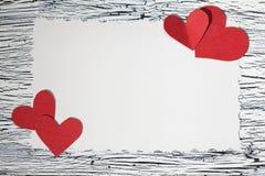 Coeur de papier rouge coloré sur le papier de vintage Photo libre de droits