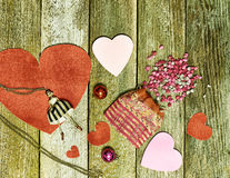 Coeur de papier rouge, décoration de Noël, et un sac avec les morceaux de papier à créer sur le fond coloré de vieilles planches  Image stock