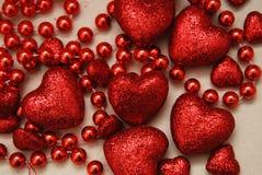 Coeur de papier rouge d'étincelle de scintillement avec des perles Amour et concept de valentine Images libres de droits