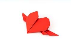 Coeur de papier rouge d'origami avec des ailes sur le fond blanc Images libres de droits