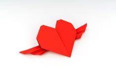 Coeur de papier rouge d'origami avec des ailes sur le fond blanc Photographie stock libre de droits