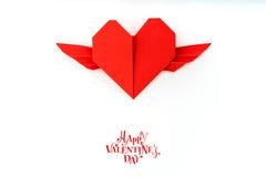 Coeur de papier rouge d'origami avec des ailes sur le fond blanc Photo stock