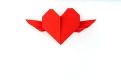 Coeur de papier rouge d'origami avec des ailes sur le fond blanc Photo libre de droits