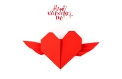 Coeur de papier rouge d'origami avec des ailes sur le fond blanc Photographie stock