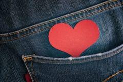 Coeur de papier rouge dans la poche de jeans Photo stock