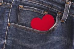 Coeur de papier rouge dans une poche de blues-jean Image libre de droits