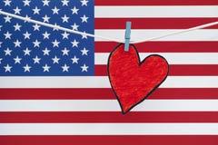 Coeur de papier rouge et drapeau américain Photo libre de droits