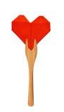Coeur de papier rouge sur la fourchette en bois d'isolement sur le blanc Photos libres de droits