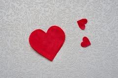 Coeur de papier rouge sur le fond de modèle avec l'espace de copie Images libres de droits