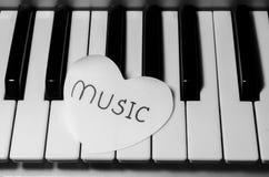 Coeur de papier sur le clavier de piano noir et blanc Images libres de droits
