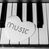 Coeur de papier sur le clavier de piano noir et blanc Photo libre de droits