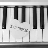 Coeur de papier sur le clavier de piano noir et blanc Image stock