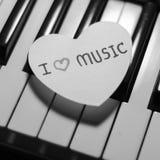Coeur de papier sur le clavier de piano noir et blanc Image libre de droits