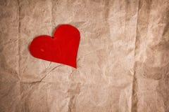 Coeur de papier sur le papier chiffonné Images libres de droits