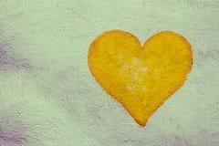 Coeur de peinture sur le mur en béton Photographie stock