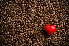 Coeur de pierre sur des grains de café Images stock