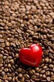Coeur de pierre sur des grains de café Photographie stock libre de droits