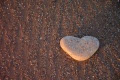 Coeur de pierre sur le Pebble Beach Concept d'amour Fond de Valentine Images stock